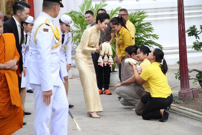 Hoàng quý phi Thái Lan thực hiện nhiệm vụ hoàng gia đầu tiên trên cương vị mới với phong thái gây ngỡ ngàng - Ảnh 2.