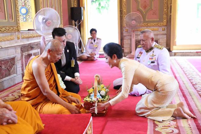 Hoàng quý phi Thái Lan thực hiện nhiệm vụ hoàng gia đầu tiên trên cương vị mới với phong thái gây ngỡ ngàng - Ảnh 4.