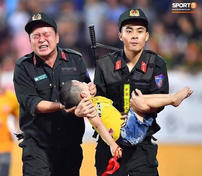 Bình luận chuyên môn về một bức ảnh đẹp: Người cảnh sát cơ động cho em bé cắn tay khi động kinh - Ảnh 1.
