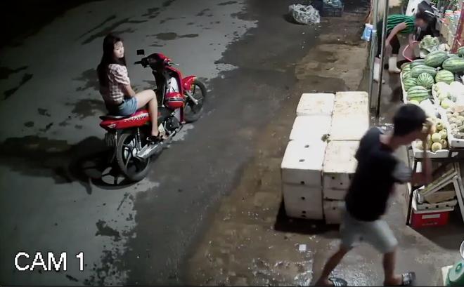 Đôi nam nữ dàn cảnh vào mua hoa quả rồi trộm túi tiền của nữ chủ quán - Ảnh 1.