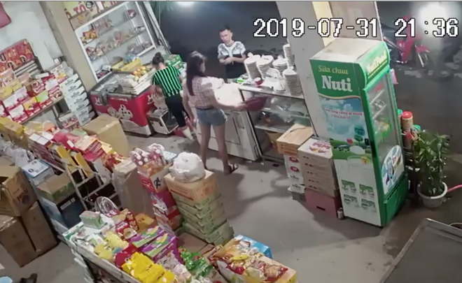 Đôi nam nữ dàn cảnh vào mua hoa quả rồi trộm túi tiền của nữ chủ quán - Ảnh 2.