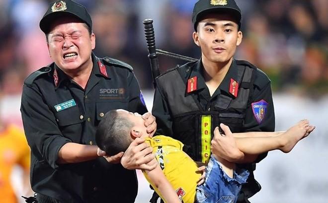 Mẹ cháu bé cảm động trước sự giúp đỡ của các chiến sỹ cảnh sát ở SVĐ Thiên Trường