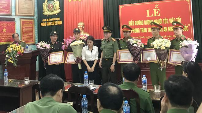 Mẹ cháu bé cảm động trước sự giúp đỡ của các chiến sỹ cảnh sát ở SVĐ Thiên Trường - Ảnh 1.