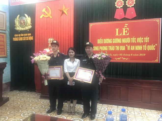 Mẹ cháu bé cảm động trước sự giúp đỡ của các chiến sỹ cảnh sát ở SVĐ Thiên Trường - Ảnh 2.