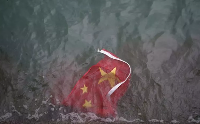 """Người biểu tình Hồng Kông giật quốc kỳ ném xuống biển: Báo đảng TQ """"sôi gan"""", buông 1 câu rợn người"""
