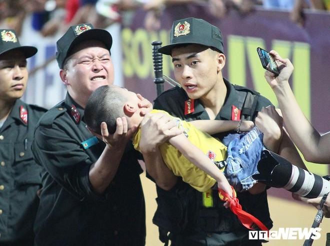 Sức khỏe của bé trai ngất xỉu ở trận Nam Định và Hoàng Anh Gia Lai giờ ra sao? - Ảnh 2.