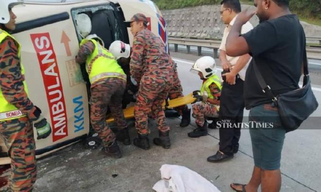 Xe cứu thương nổ lốp rồi lật nhào trên đường cao tốc, cả tài xế lẫn bệnh nhân đều thiệt mạng - Ảnh 1.