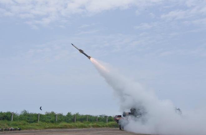 Ấn Độ phóng tên lửa đất-đối-không giữa căng thẳng với Pakistan - Ảnh 1.