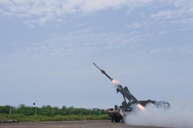 Ấn Độ phóng tên lửa đất-đối-không giữa căng thẳng với Pakistan - Ảnh 2.