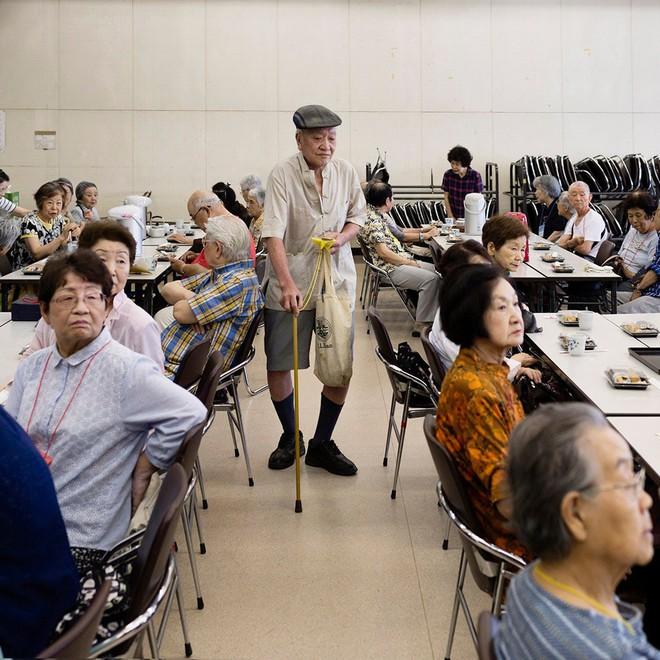 Nỗi sợ bao trùm người già ở Nhật Bản: Những cái chết cô đơn không ai biết, thi thể nằm đó bốc mùi chẳng ai hay - Ảnh 3.
