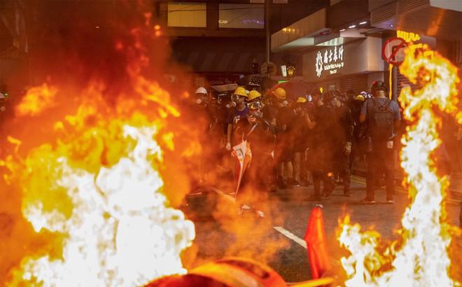 """Họp báo lần 2 về biểu tình ở Hong Kong, Bắc Kinh đe dọa ớn lạnh: """"Những kẻ đùa với lửa sẽ bị lửa thiêu rụi"""""""
