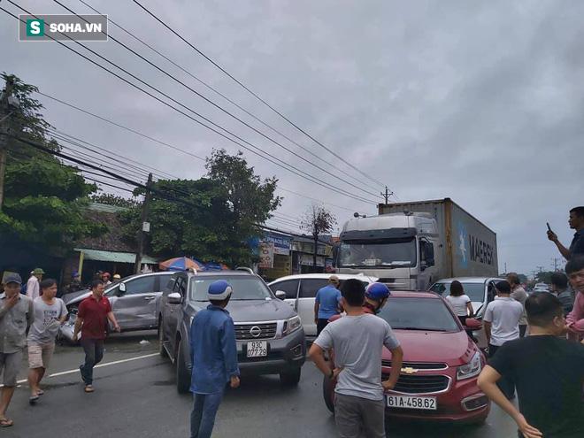 Xe container lùa 5 ô tô trên Quốc lộ 13, nhiều người bị thương - Ảnh 1.