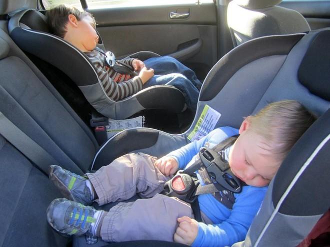 Vụ cháu bé tử vong do bị bỏ quên trong xe ô tô: Bác sĩ phán đoán nguyên nhân do sốc nhiệt - Ảnh 2.