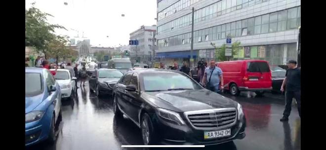 [ẢNH, VIDEO] Giữa hàng loạt tin đồn, cựu Tổng thống Poroshenko bất ngờ trở lại Ukraine trong đêm? - Ảnh 3.