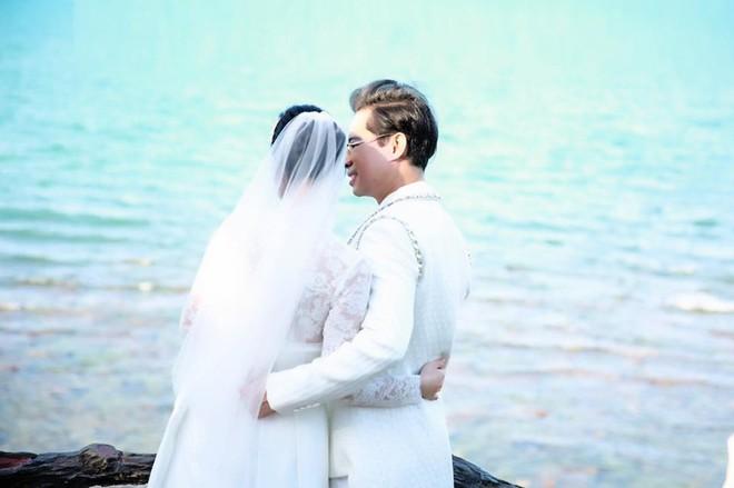 Ngoại hình xinh đẹp và nóng bỏng của cô gái bí ẩn chụp ảnh cưới với Ngọc Sơn - Ảnh 1.