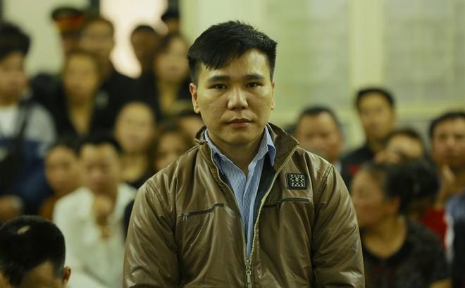 Nam ca sĩ Châu Việt Cường òa khóc trước tòa, đã biết mẹ mất vì tai nạn giao thông
