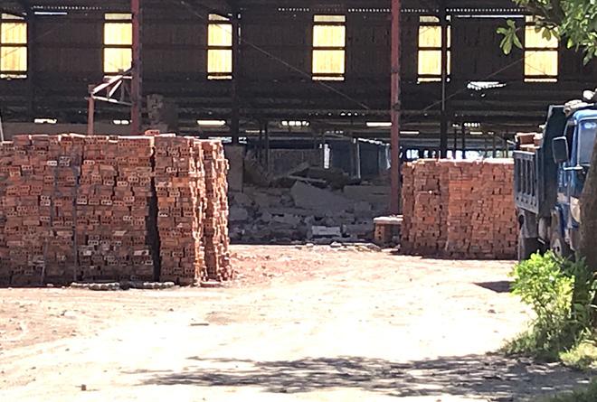 2 hay 4 lao động là phạm nhân bị thương trong vụ sập tường ở nhà máy gạch? - Ảnh 1.