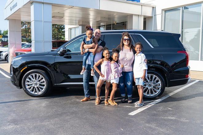 Nhận nuôi 4 đứa trẻ, cặp vợ chồng được tặng ô tô tiền tỷ - Ảnh 1.