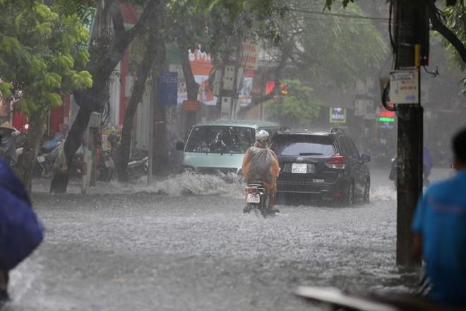 Hà Nội: Nhiều tuyến phố lại ngập sâu sau cơn mưa sáng 8/8 - Ảnh 2.