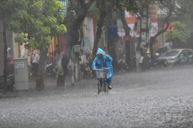 Hà Nội: Nhiều tuyến phố lại ngập sâu sau cơn mưa sáng 8/8 - Ảnh 3.