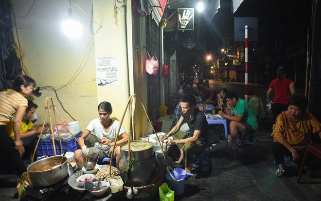 Những hàng ăn ở Hà Nội chỉ mở lúc rạng sáng và nghỉ bán khi mặt trời vừa lên, dù gió rét vẫn tấp nập người qua lại - Ảnh 2.