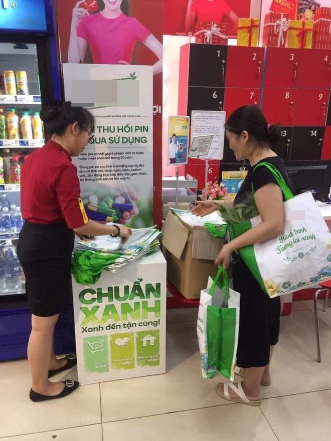 Hà Nội: Bà chị hào phóng, mua hẳn 150 chiếc túi bảo vệ môi trường để tặng các khách hàng khác cùng đi siêu thị - Ảnh 1.