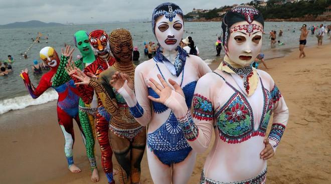 Đỉnh cao thời trang tắm biển là đây: Trung Quốc ra mắt bộ sưu tập mới với 6 mẫu hoành tráng, thử thách sự dũng cảm của người mặc - Ảnh 1.