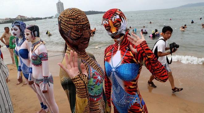 Đỉnh cao thời trang tắm biển là đây: Trung Quốc ra mắt bộ sưu tập mới với 6 mẫu hoành tráng, thử thách sự dũng cảm của người mặc - Ảnh 2.