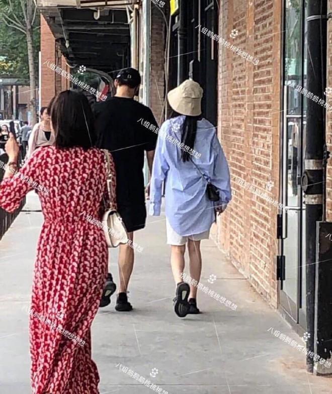 HOT: Dương Mịch lộ ảnh hẹn hò với mỹ nam kém tuổi sau 8 tháng ly hôn Lưu Khải Uy? - Ảnh 1.