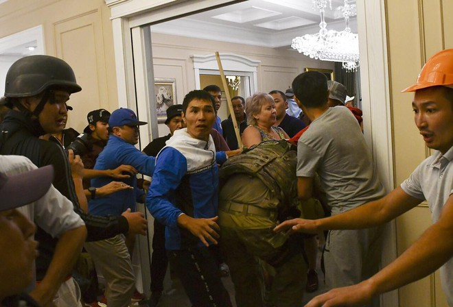 Cựu TT Atambayev chính thức bị bắt giữ trong cuộc đột kích lần 2 của lực lượng đặc nhiệm Kyrgyzstan - Ảnh 2.