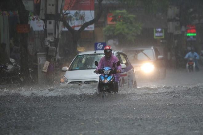 Hà Nội: Nhiều tuyến phố lại ngập sâu sau cơn mưa sáng 8/8 - Ảnh 12.