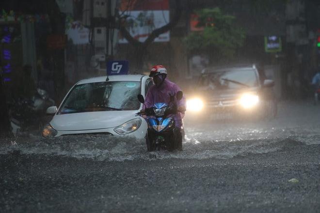 Hà Nội: Nhiều tuyến phố lại ngập sâu sau cơn mưa sáng 8/8 - Ảnh 13.