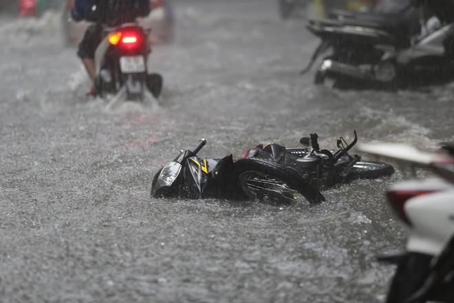 Hà Nội: Nhiều tuyến phố lại ngập sâu sau cơn mưa sáng 8/8 - Ảnh 14.