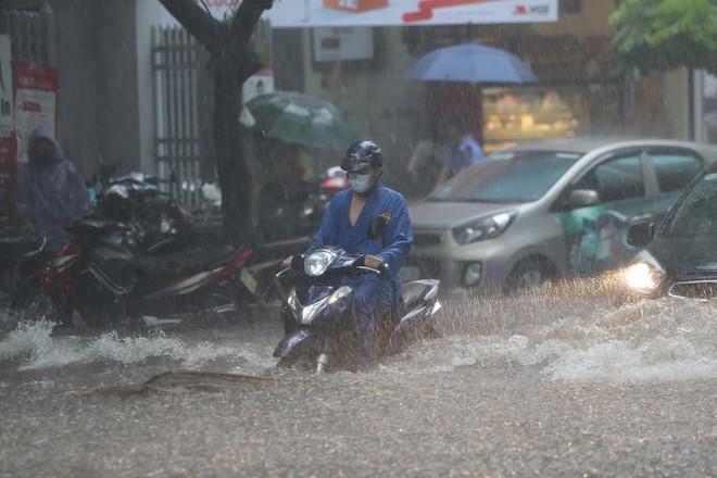 Hà Nội: Nhiều tuyến phố lại ngập sâu sau cơn mưa sáng 8/8 - Ảnh 15.