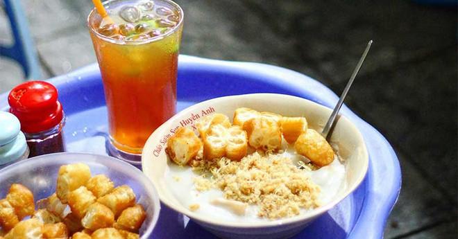 Những hàng ăn ở Hà Nội chỉ mở lúc rạng sáng và nghỉ bán khi mặt trời vừa lên, dù gió rét vẫn tấp nập người qua lại - Ảnh 15.