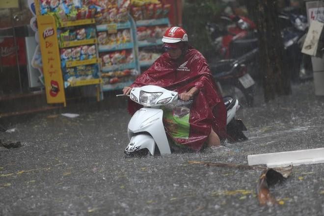 Hà Nội: Nhiều tuyến phố lại ngập sâu sau cơn mưa sáng 8/8 - Ảnh 17.