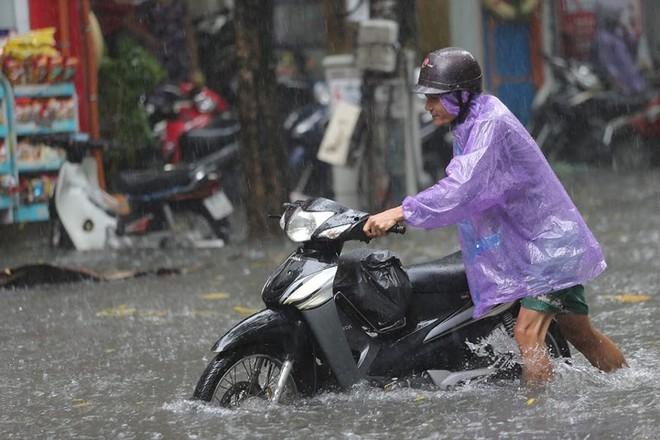 Hà Nội: Nhiều tuyến phố lại ngập sâu sau cơn mưa sáng 8/8 - Ảnh 18.