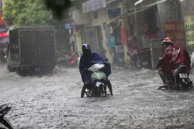 Hà Nội: Nhiều tuyến phố lại ngập sâu sau cơn mưa sáng 8/8 - Ảnh 19.