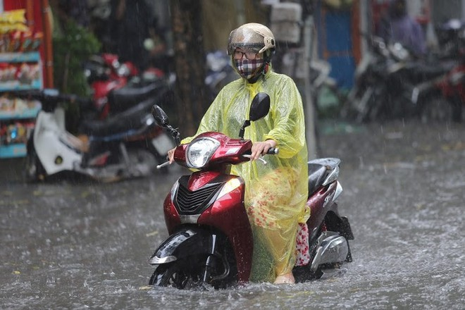 Hà Nội: Nhiều tuyến phố lại ngập sâu sau cơn mưa sáng 8/8 - Ảnh 20.