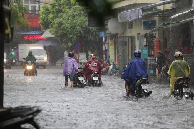 Hà Nội: Nhiều tuyến phố lại ngập sâu sau cơn mưa sáng 8/8 - Ảnh 21.