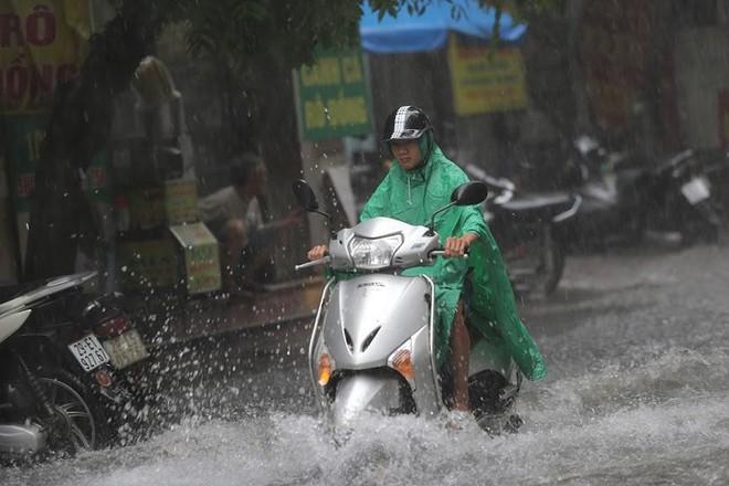 Hà Nội: Nhiều tuyến phố lại ngập sâu sau cơn mưa sáng 8/8 - Ảnh 4.