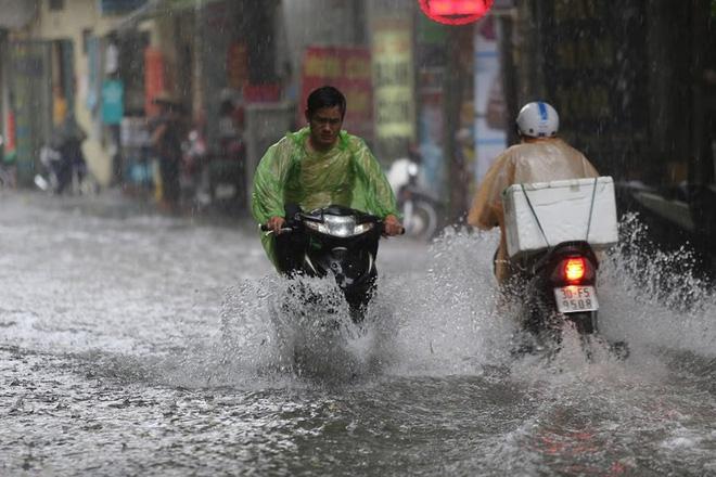 Hà Nội: Nhiều tuyến phố lại ngập sâu sau cơn mưa sáng 8/8 - Ảnh 22.