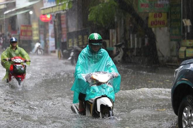 Hà Nội: Nhiều tuyến phố lại ngập sâu sau cơn mưa sáng 8/8 - Ảnh 23.