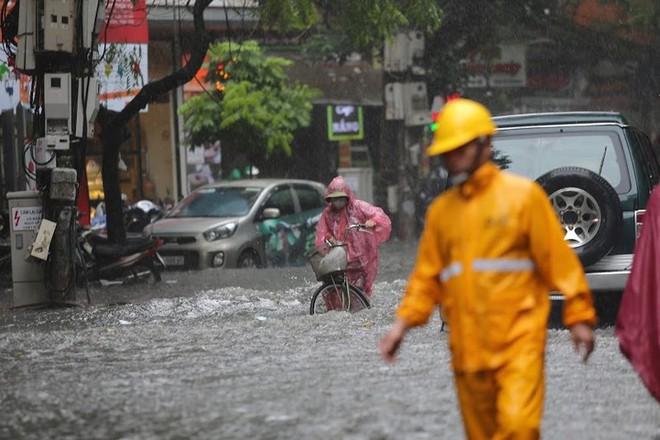 Hà Nội: Nhiều tuyến phố lại ngập sâu sau cơn mưa sáng 8/8 - Ảnh 24.