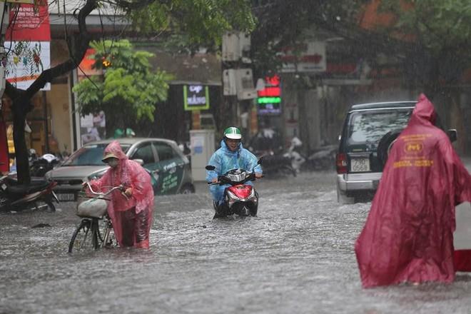 Hà Nội: Nhiều tuyến phố lại ngập sâu sau cơn mưa sáng 8/8 - Ảnh 25.
