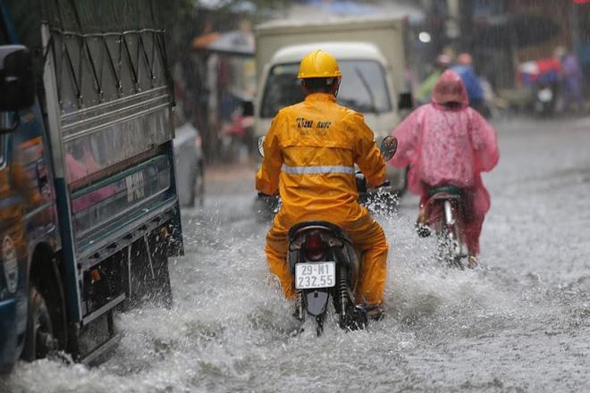 Hà Nội: Nhiều tuyến phố lại ngập sâu sau cơn mưa sáng 8/8 - Ảnh 26.
