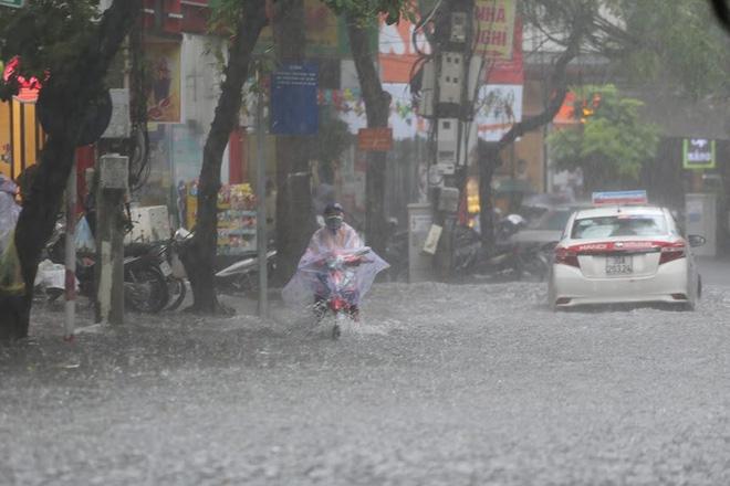 Hà Nội: Nhiều tuyến phố lại ngập sâu sau cơn mưa sáng 8/8 - Ảnh 5.