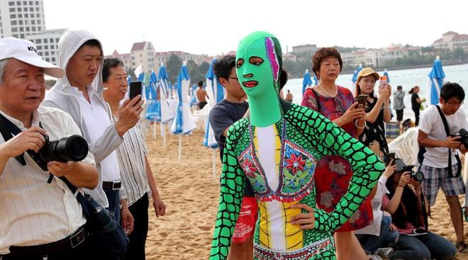 Đỉnh cao thời trang tắm biển là đây: Trung Quốc ra mắt bộ sưu tập mới với 6 mẫu hoành tráng, thử thách sự dũng cảm của người mặc - Ảnh 4.