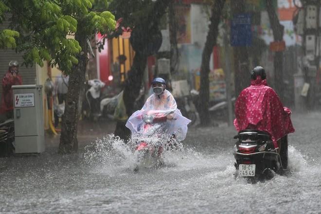 Hà Nội: Nhiều tuyến phố lại ngập sâu sau cơn mưa sáng 8/8 - Ảnh 6.