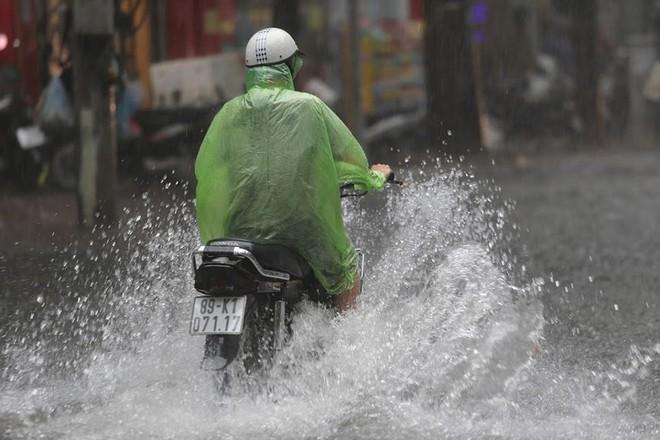 Hà Nội: Nhiều tuyến phố lại ngập sâu sau cơn mưa sáng 8/8 - Ảnh 7.
